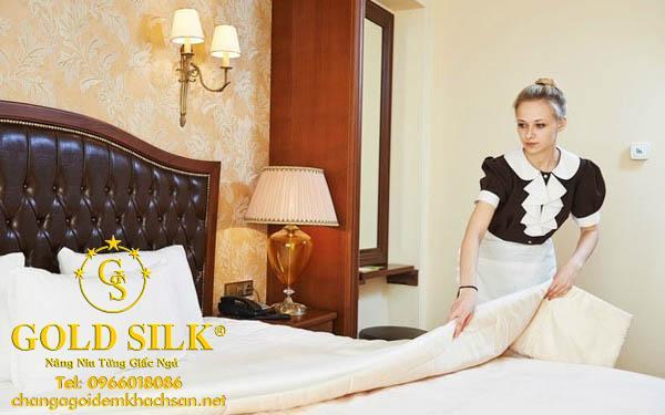cách trải ga giường khách sạn